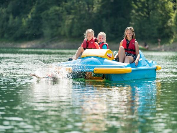 Kinderen waterfietsen op het stuwmeer Aggertalsperre