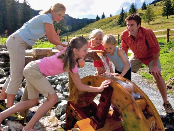 Spelen met water in de natuur van Saalbach-Hinterglemm