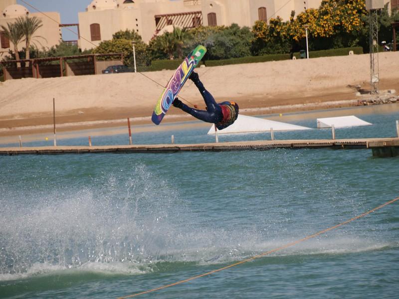 wakeboarden in El Gouna op de waterskibaan.
