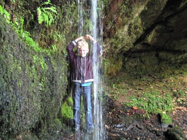Zeb neemt een douche onder een waterval in de Vogezen