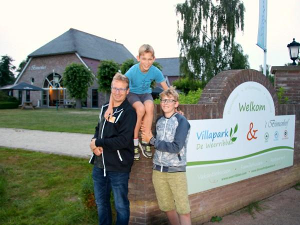 Patrick en de jongens bij Villapark de Weerribben