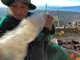 Weven van kleden in Ecuador