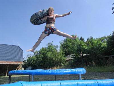 van de trampoline zo in het zwembad