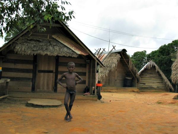 Aukaner dorp in de binnenlanden van Suriname
