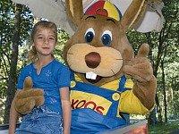 koos konijn met een kindje op schoot