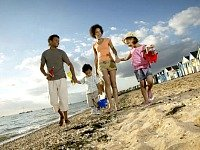 Wandelen over het mooie strand