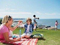 gezin aan de picknick met uitzicht op zee