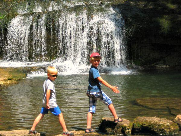 Zeb en Tycho bij de watervallen van Hérison in de Jura