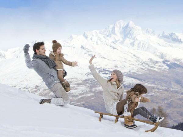 gezin op de slee in de sneeuw