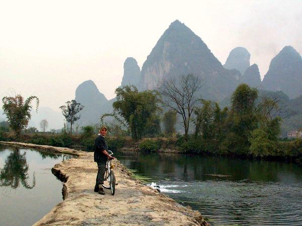 Fietsen in een fantastisch landschap bij Yangshuo, China