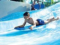 Leer surfen op de golven in de Flow Rider