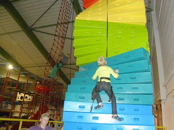 Tycho klimt in de binnenspeeltuin bij Hof van Saksen