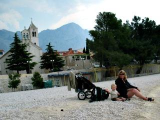 Steentjes gooien op een kiezelstrand in Dalmatië