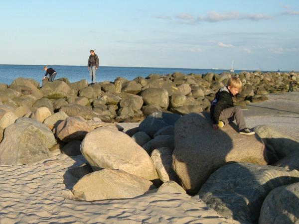 Grote rotsen op het strand aan de Oostzeekust