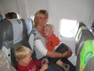 Met onze peuter Zeb en dreumes Tycho in het vliegtuig naar Marokko