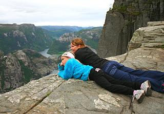 Met kinderen in de prachtige bergen van Noorwegen