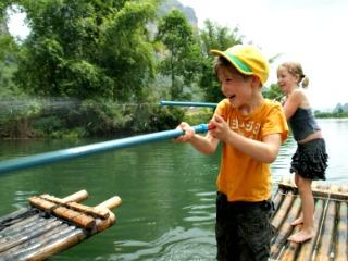 Spelen op een bamboeraft in Thailand