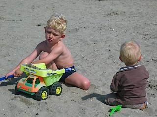 Op het strand zijn vriendjes snel gemaakt