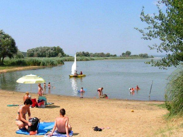 Strandje aan het meer van Trasimeno in Umbrië