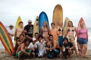 Met elkaar leren surfen in Equador