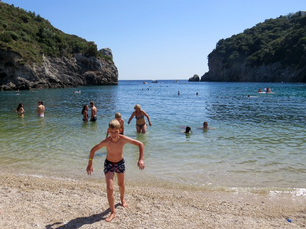 Zwemmen in de baai van Paleokastritsa