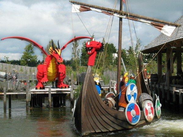 Vikingschip en draak in Legoland Denemarken
