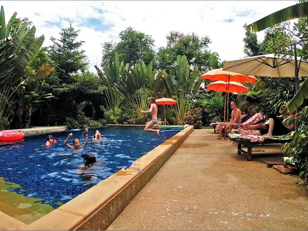 Het zwembad bij Little Village