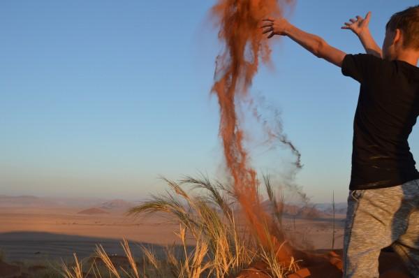 Spelen met zand in de Sossusvlei