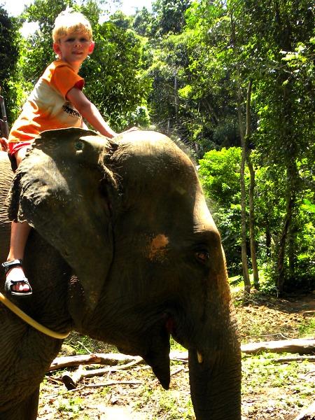 Zeb op een olifant op Koh Chang
