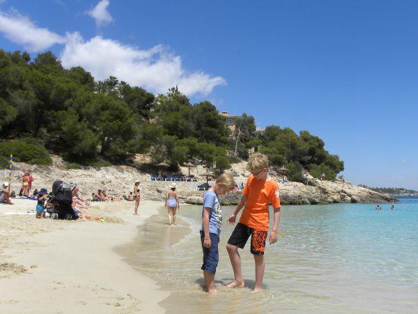 Zeb en Tycho op een klein strandje op Mallorca
