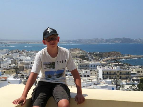 Zeb poseert op een terras met uitzicht over Chora