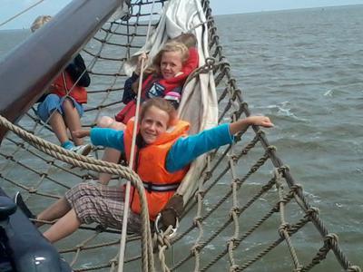 Heerlijk in het net bij een zeiltocht over de Waddenzee