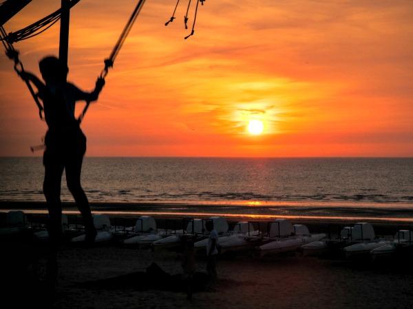 Trampolinespringen bij zonsondergang in Koksijde