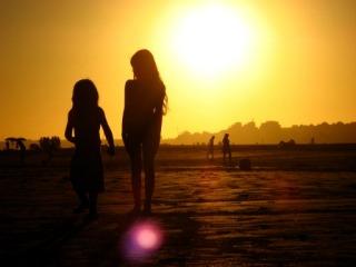 Prachtige zonsondergang op een verre reis met de kids