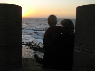 Met een peuter genieten van de zonsondergang