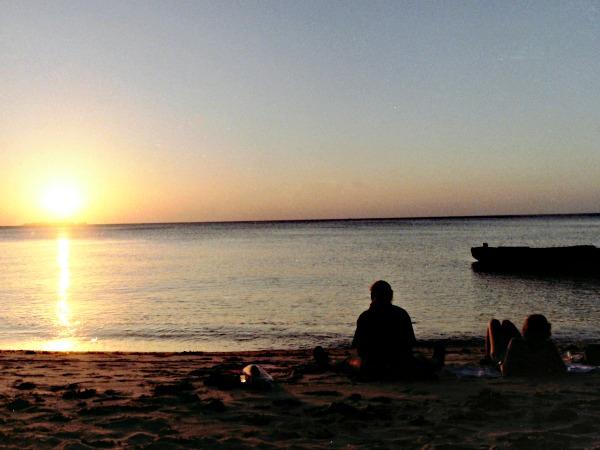 We genieten van de zonsondergang op het strand van Zanzibar