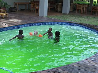 Zwemmen met de lokale kinderen bij Madi a Thava