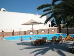 Het zwembad van het hotel op Santorini