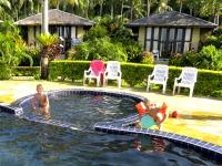 Het zwembad en bungalows bij Amber Sands
