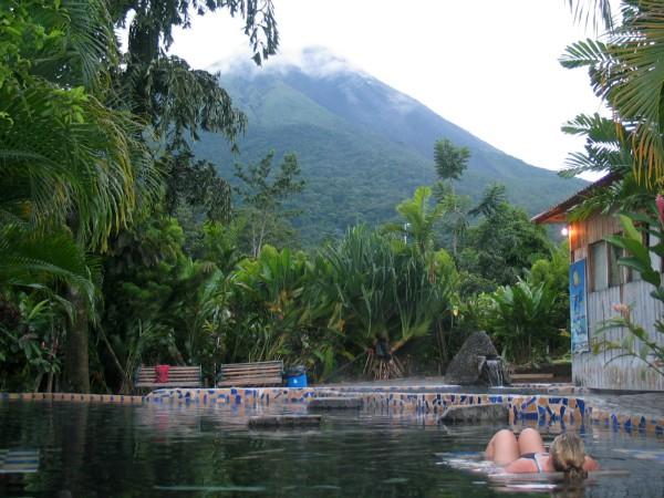 Hoe bijzonder: een zwembad met uitzicht op de uitbarstende vulkaan Arenal