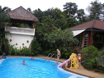 De kids vermaken zich in het heerlijke zwembad