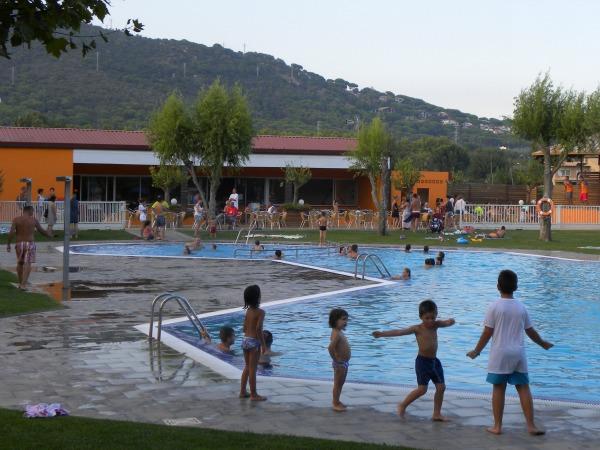 Dansen bij het zwembad op een kindercamping