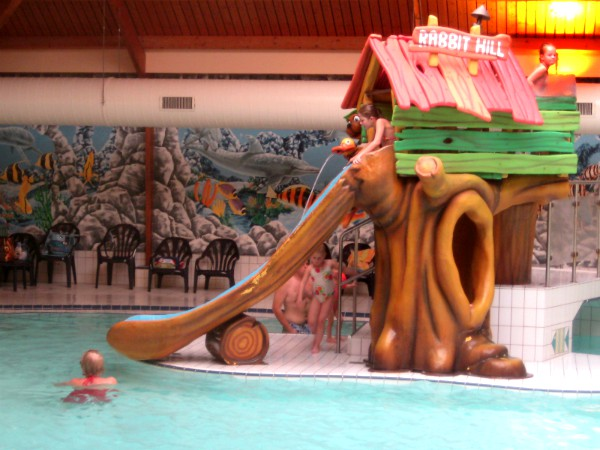 De leuke glijbaan in het binnenzwembad van Rabbit Hill