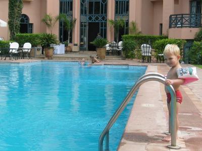 Tycho bij het zwembad van HotelTichka Salam
