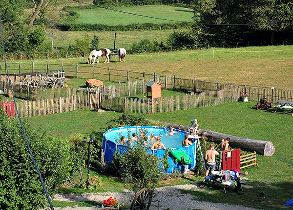 Een opzet-zwembad op het terrein van kleinschalig vakantiepark Morvan Rustique