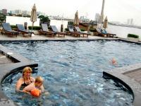 Het zwembad op het dak van Navalai River Resort