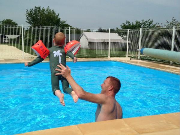 Het omheinde zwembad met 4 niveau's