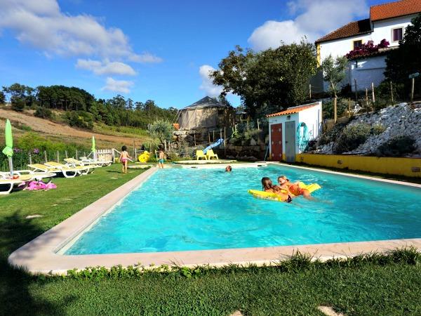 Zwembad op het terrein van Quinta Laranja