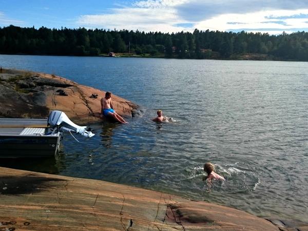 Zwemmen op een prachtig plekje in de Tjust Archipel